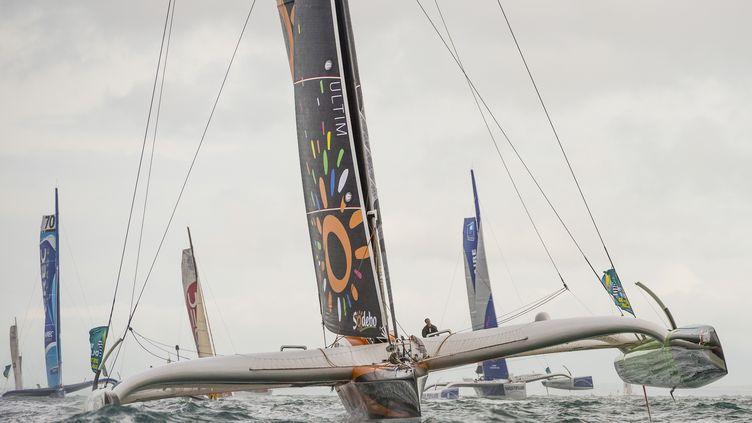 Thomas Coville le skipper de Sodebo à la manoeuvre, après le départ de Saint Malo dimanche 2 novembre 2014. (VINCENT CURUTCHET / DARK FRAME)