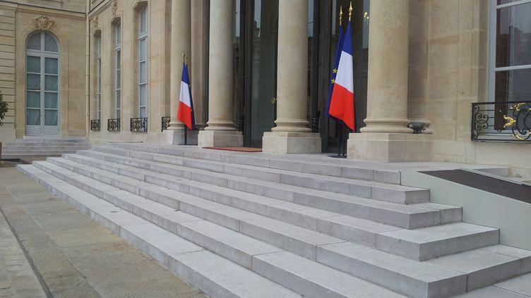 Le perron du palais de l'Elysée, à Paris. (CLARA BEAUDOUX / RADIOFRANCE.)