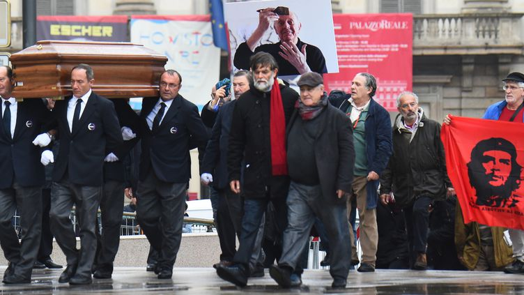 Aux obsèques de Dario Fo à Milan samedi 15 octobre 2016, avec son fils Jocopo Fo au centre avec l'écharpe rouge.  (Giuseppe Cacace / AFP)