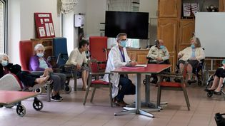 Des pensionnaires d'un établissementd'hébergement pour personnes âgées dépendantes, le 15 janvier 2021 à Gravelines (Nord), lors d'une vaccination contre le Covid-19. (SYLVAIN LEFEVRE / HANS LUCAS / AFP)