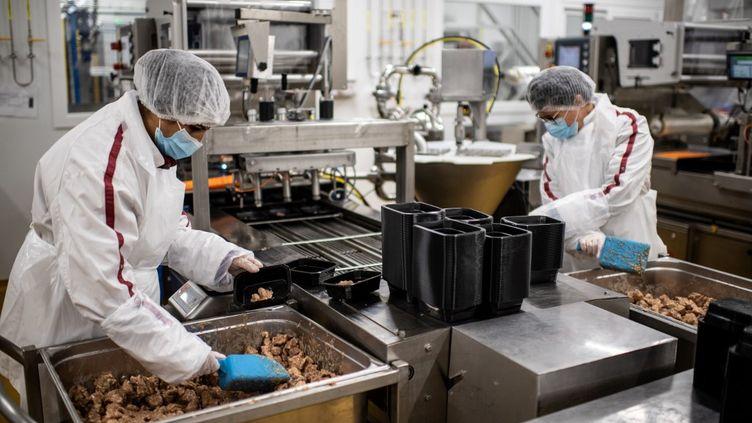 Des salariés du groupe de restauration collective Elior, à Paris, le 3 septembre 2020. (MARTIN BUREAU / AFP)