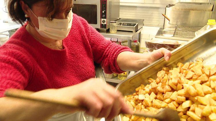 Dans la Creuse, 13 restaurants sont autorisés à ouvrir leurs portes à midi pour les salariés du coin. (FRANCEINFO)