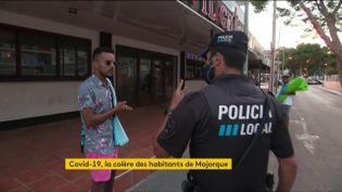 Un policier contrôle un touriste à Majorque (Espagne) (FRANCEINFO)