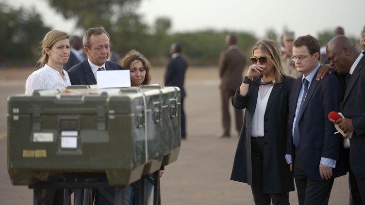 A Bamako, une délégation de RFI, conduite par Marie-Christine Saragosse, président de France Médias Monde (à droite), rend un hommage très ému aux deux journalistes de RFI tués au Mali, le 4 novembre 2013. (PHILIPPE DESMAZES / AFP)