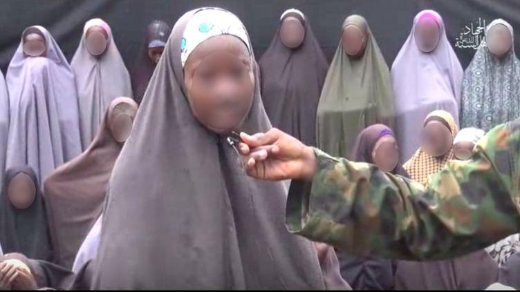 Capture d'écran, floutée, de la vidéo YouTube diffusée dimanche 14 août 2016 parBoko Haram ou des jeunes fillesprésentées comme des lycéennes enlevées par le groupe islamiste en avril 2014 à Chibok (Nigeria). (YOUTUBE / FRANCETV INFO)