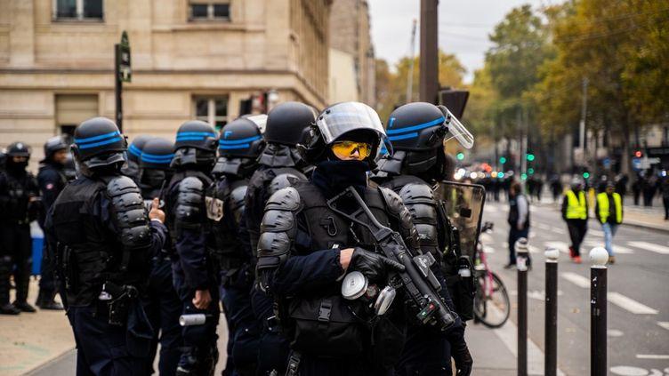 """Un policier avec un lanceur de balles de défense (LBD)devant l'entrée de la gare de Lyon, à Paris, lors d'une manifestation des """"gilets jaunes"""", le 16 novembre 2019. (Xose Bouzas / Hans Lucas / Hans Lucas via AFP)"""
