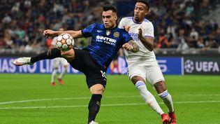Lautaro Martinez (Inter Milan) au duel avec Eder Militao (Real Madrid), le 15 septembre 2021 à Milan. (MIGUEL MEDINA / AFP)