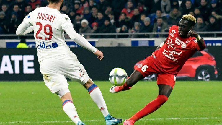 Le Lyonnais Lucas Tousart, ici face au montpelliérain Junior Sambia.