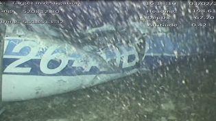 Capture d'écran d'une vidéo fournie le 4 février 2019 par le Bureau d'enquête britannique montrant un morceau de l'avion qui transportait Emiliano Sala, abîmé au fond de la Manche. (AAIB /¨AFP)