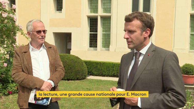Emmanuel Macron aux côtés de Fabrice Luchini ce jeudi 17 juin 2021 à Chateau-Thierry. (FRANCEINFO)