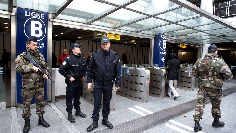 """Des policiers et des soldats dans le métro après le déclenchement du plan vigipirate """"écarlate"""" à Toulouse le 20 mars 2012. (PASCAL PAVANI / AFP)"""