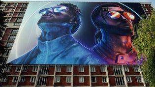 Une photo prise en août 2019 de Ademos and N.O.S (Tarik and Nabil Andrieu) du groupe de rap PNL (Peace N' Loves), sur un immeuble où les deux artistes ont passé leur adolescence, à Ivry-sur-Seine. (LIONEL BONAVENTURE / AFP)