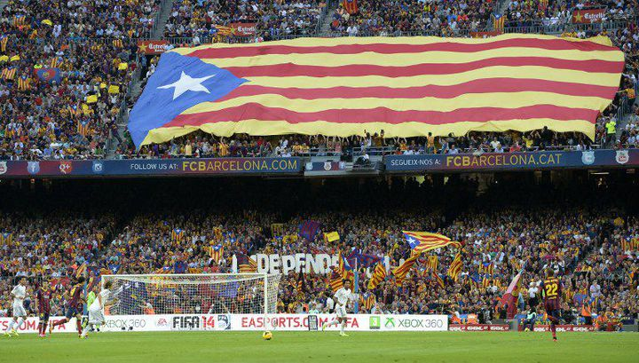 2013 : drapeau indépendantiste catalan lors du clasico entre le FC Barcelone et le Real Madrid, auCamp Nou de Barcelone. (LLUIS GENE / AFP)