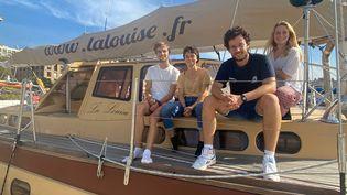 Olivier, Margot, Baptiste et Lana (de gauche à droite), 4 des six jeunes chercheurs à embarquer sur le voilier de l'expédition Antarctique 2°C, à quelques jours du départ. Marseille, 30 septembre 2021 (CHLOÉ CENARD / FRANCEINFO)