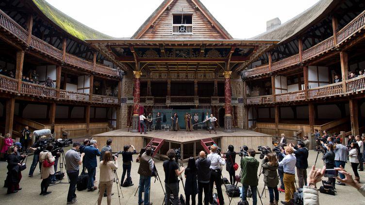 """Photocall autour d'une production de """"Hamlet"""" de Shakespeare au Globe Theetre de Londres, en avril 2014. (LEON NEAL / AFP)"""