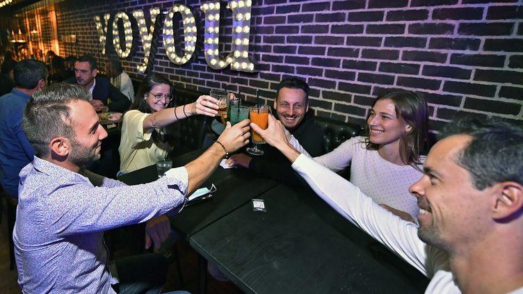 Des clients trinquent dans un bar de Lyon, le 25 septembre 2020, à quelques jours de l'entrée en vigueur de nouvelles restrictions sanitaires. (MAXPPP)