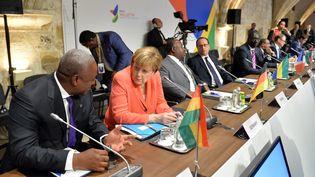 Les dirigeants européens et africains lors du sommet sur la crise migratoire à La Valette (Malte), le 11 novembre 2015. (DURSUN AYDEMIR / ANADOLU AGENCY / AFP)