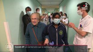 Remise du Covid-19, Hélène François quitte l'hôpital de Courbevoie (Hauts-de-Seine), en mai 2020. (FRANCE 2)