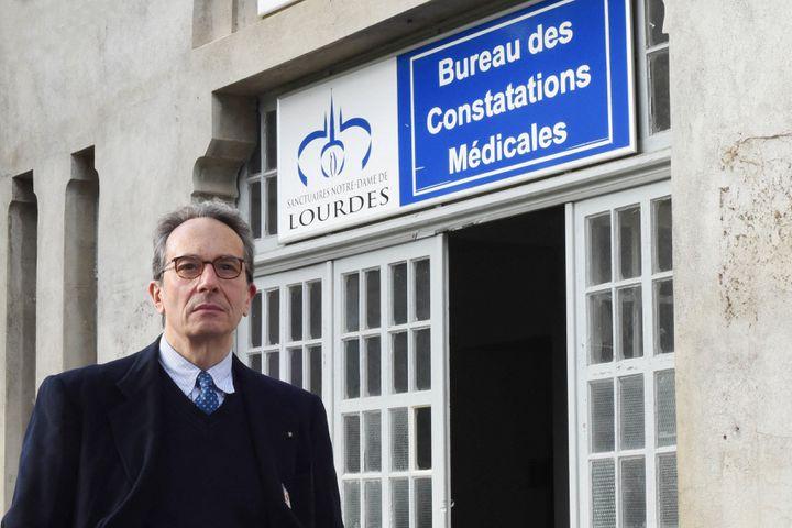 Le docteurAlessandro de Franciscis, président du Bureau des constatations médicales, pose devant ses locaux, à Lourdes (Hautes-Pyrénées). (LAURENT FERRIERE / HANS LUCAS / AFP)
