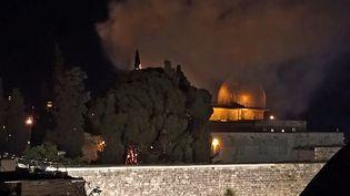 Une image issue d'une vidéo d'AFPTV, montrant un arbre en feu à l'Esplanade des Mosquées, à Jérusalem, le 10 mai 2021. (CLAIRE GOUNON / AFP)