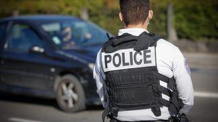 Un policiers lors d'un contrôle routier à Montbéliard (Doubs), le 2 avril 2021 (illustration). (LIONEL VADAM  / MAXPPP)