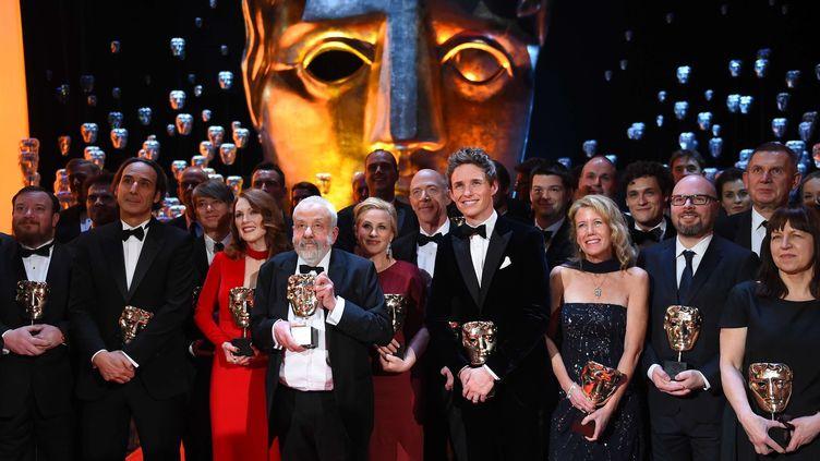 Les vainqueurs des Baftas 2015. Parmi eux, en robe rouge clair, Julianne Moore, et en rouge foncé Patricia Arquette. Au milieu des deux comédiennes, Mike Leigh.  (Jonathan Short/AP/SIPA)