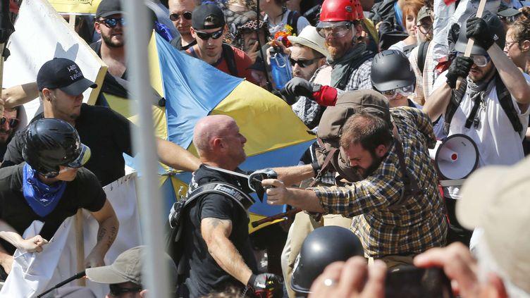 Des violences entre manifestants d'extrême droite et contre-manifestants, le 12 août 2017 à Charlottesville (Etats-Unis). (STEVE HELBER / AP / SIPA)