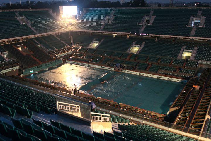 Un court de Roland-Garros bâché pour la nuit et sous la pluie le 27 mai 2010 à Paris. (JACQUES DEMARTHON / AFP)