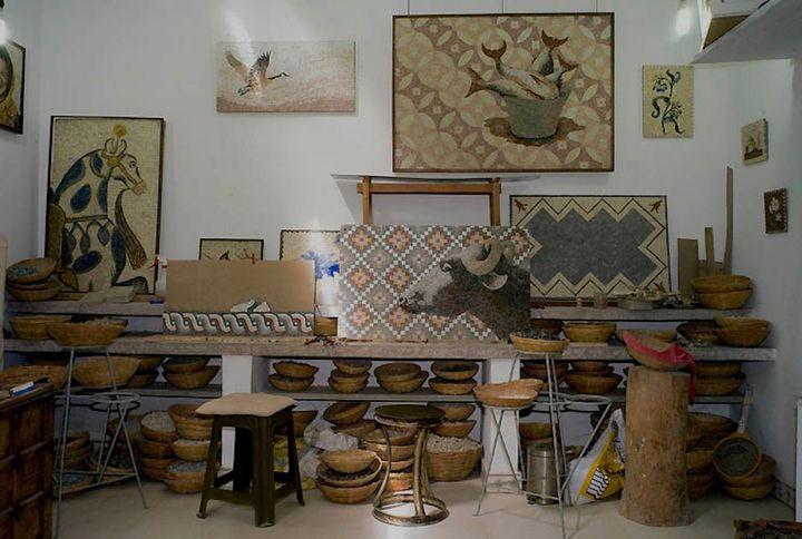 """A la maison d'hôtes, les mosaïques, sa grande passion, sont partout. """"j'aime la pierre brute, je travaille à l'ancienne, à la romaine."""" (HERVE VITAL)"""