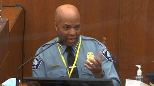 Capture d'écran montrant le chef des forces de l'ordre de Minneapolis (Etats-Unis),Medaria Arradondo, le 5 avril 2021, au procès de l'ancien policier Derek Chauvin, accusé du meurtre de George Floyd. (STR / POOL VIA COURT TV / AFP)