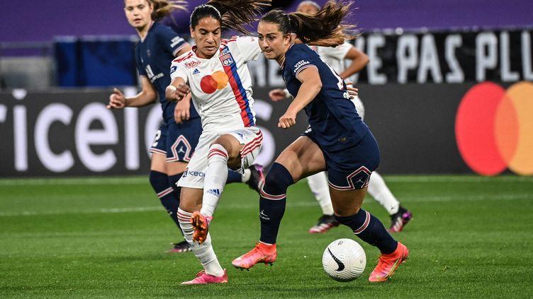Sara Dabritz face à Amel Majri lors de Lyon-PSG en D1 féminine, le 30 mai 2021 au Groupama Stadium (OLIVIER CHASSIGNOLE / AFP)