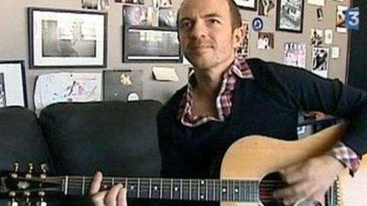 Calogero chez lui à la basse, au piano, à la guitare et chante en italien  (Culturebox)