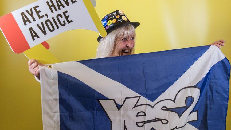 Une femme brandit un drapeau demandant un second référendum sur l'indépendance de l'Écosse, le 17 mars 2017, lors d'un congrès du Parti national écossais à Aberdeen (MICHAL WACHUCIK / AFP)