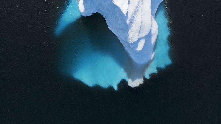 Une vue aérienne d'un iceberg près du Groenland dans l'océan Atlantique. (CAIA IMAGE/SCIENCE PHOTO LIBRARY / NEW / AFP)