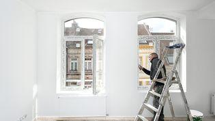 Un ouvrier sur un chantier de rénovation. (Illustration). (SEBASTIEN JARRY / MAXPPP)