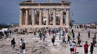 Les touristes visitent l'Acropole d'Athènes (Grèce), le 30 juin 2015. (LOUISA GOULIAMAKI / AFP)