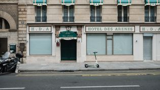 Un hôtel est fermé en raison du confinement, à Paris, le 6 novembre 2020. (LUCAS BOIRAT / HANS LUCAS / AFP)
