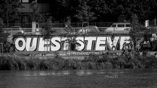 """Le slogan """"Où est Steve"""", peint sur un quai de Nantes. (ESTELLE RUIZ / NURPHOTO / AFP)"""