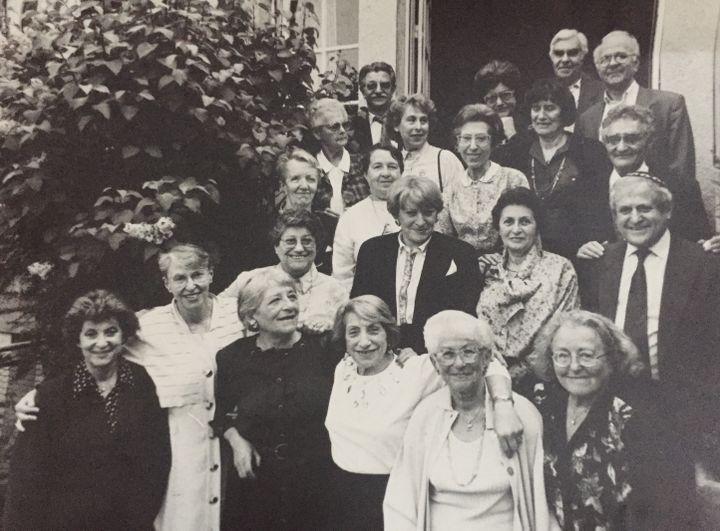 Yvette Lévy, deuxième en partant de la gauche, en 1993 à Nancy, avec des amis, rescapés comme elle, des camps de la mort. (YVETTE LEVY)