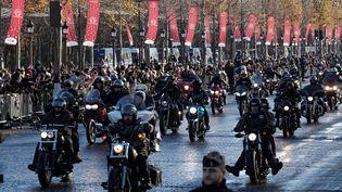 Au total, 700 motards ont suivi le cortège sur les Champs-Elysées, avec un foulard noir en marque de deuil. Le chanteur était un passionné de mécanique et notamment de Harley Davidson. (GONZALO FUENTES / AFP)