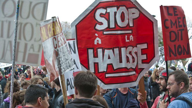 Des étudiants et des enseignants manifestent contre la hausse des frais de scolarité, le 26 avril 2012 à Montréal (Québec, Canada). (ROGERIO BARBOSA / AFP)