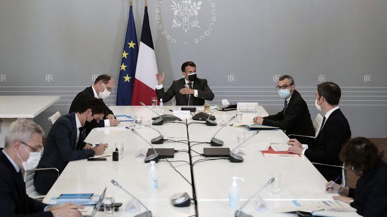 Le président Macron préside la réunion hebdomadaire sur la campagne de vaccination contre le Covid-19, le 21 avril 2021. (LEWIS JOLY / POOL)