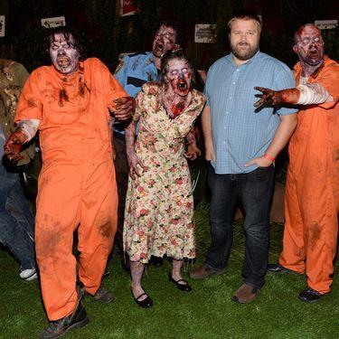 """Le scénariste Robert Kirkman (2ème à droite) pose à l'occasion des dix ans de sa série """"The Walking Dead"""" lors du Comic-Con de San Diego (Californie, Etats-Unis), le 19 juillet 2013. (JASON KEMPIN / GETTY IMAGES / AFP)"""