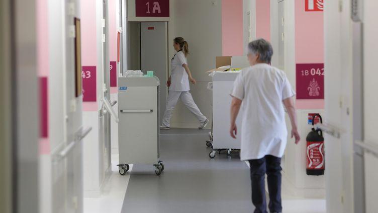 Des infirmières marchent dans un couloir de l'hôpital du Scorff, le 28 mars 2013 à Lorient (Morbihan). (MAXPPP)