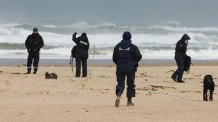 Les douaniers à la recherche de paquets de cocaïne sur la plage des Moliets (Landes), le 10 novembre 2019. (ISABELLE LOUVIER / MAXPPP)