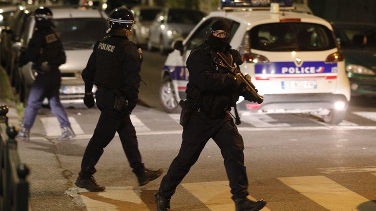 Des forces de police ont été déployées dans la nuit du lundi 20 avril en raison de tensions avec des habitants de Villeneuve-la-Garenne, dans la banlieue nord de Paris. (GEOFFROY VAN DER HASSELT / AFP)