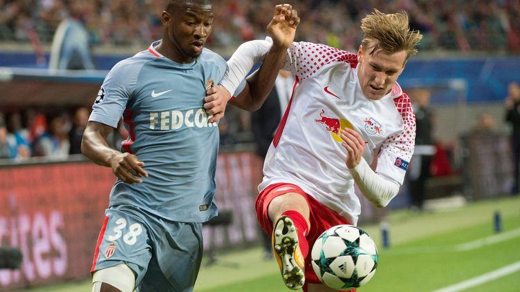 Le Monégasque Almamy Touré à la lutte avec l'international suédois du RB Leipzig, Emil Forsberg. (SEBASTIAN KAHNERT / DPA)