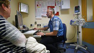 Un médecinavec sa patiente en Angleterre, en 2015. (Illustration). (OLI SCARFF / AFP)