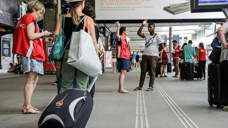 Des voyageurs à la gare Montparnasse, le 30 juillet 2018. (THOMAS SAMSON / AFP)