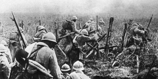 Soldats français montant à l'assaut en 1916 pendant la bataille de Verdun. (AFP - Stringer)